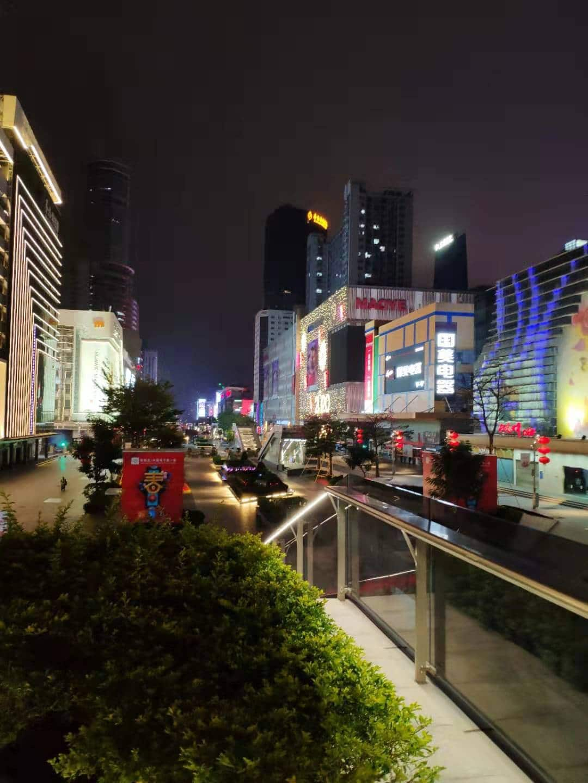 Ihmiset välttävät ulkonaliikkumista Shenzhenissä. Huaqianbein elektroniikkamarketit ovat tyhjinä ihmisistä.